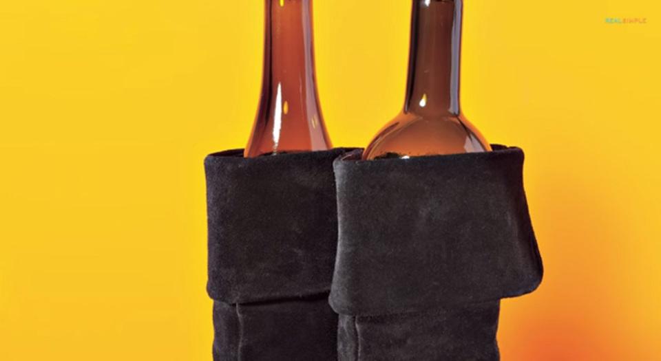 空のワインボトルでブーツの形を整えるシンプルなアイデア