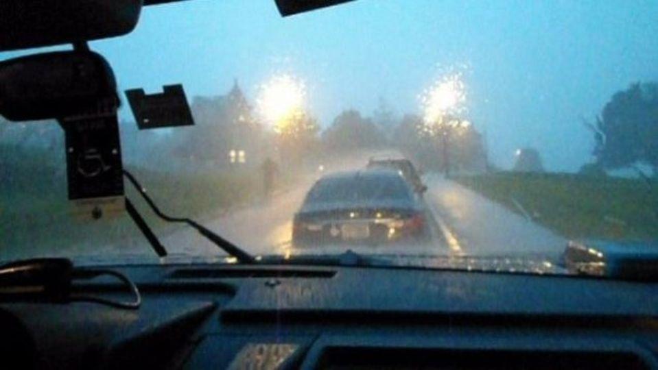 暴風雨の中ではクルーズコントロールを切った方が無難