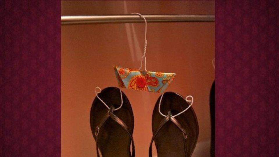 玄関に散らかった靴を一掃するなら「針金ハンガー収納法」が効果的