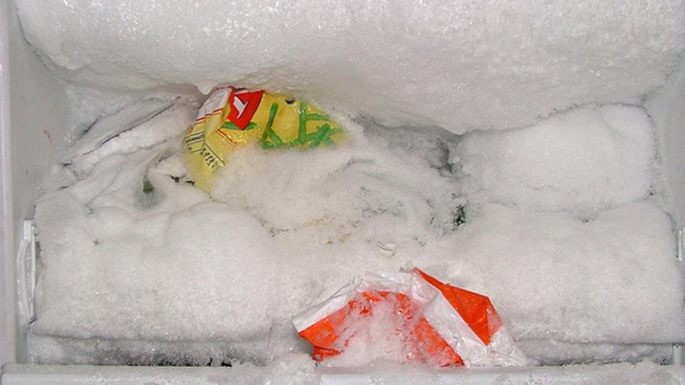 冷凍庫にサラダ油をひと吹き。霜取りがずっとラクになります