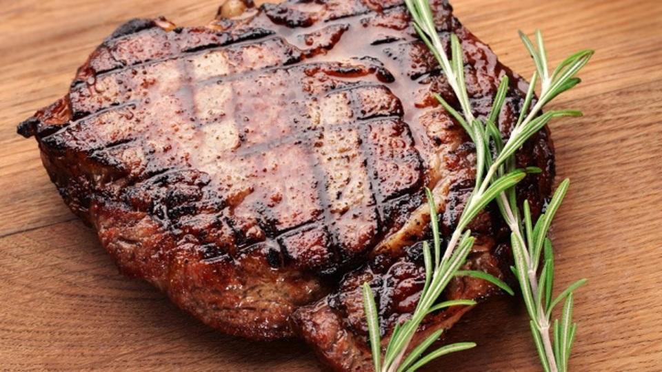 何度やっても必ずうまくいく。最高のステーキを焼く2つの簡単なコツ
