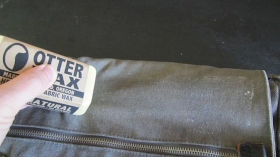 衣類や帽子にワックスを塗って、DIY防水加工を施す方法