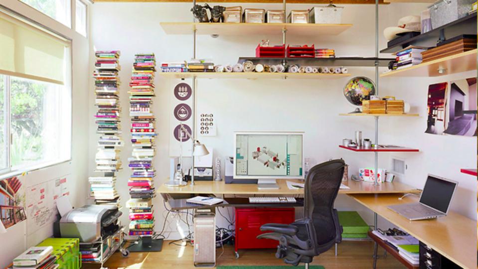 カラフルな浮かし棚で統一感を出す、ユニークな仕事場デザイン