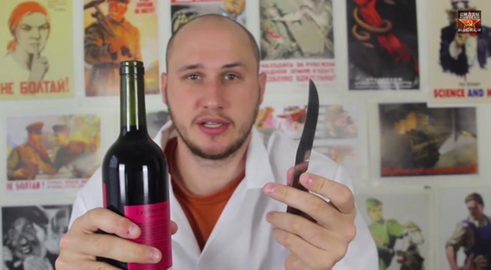危険な香りが漂う、ワイルドなワインの開け方