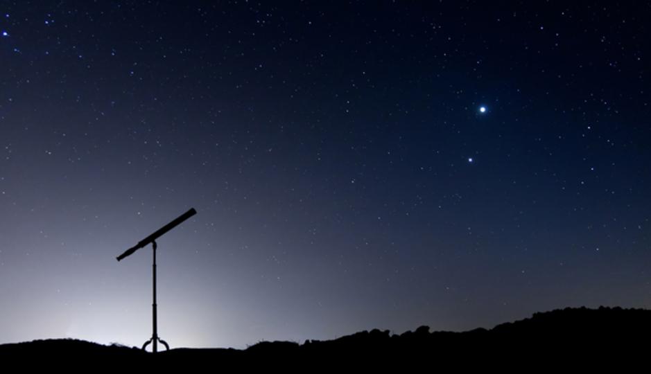 天体望遠鏡と夜空