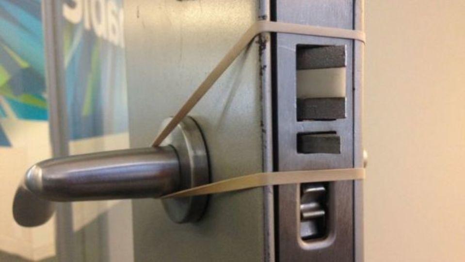 「ドアの戸あたり」に効果的な輪ゴムDIY術