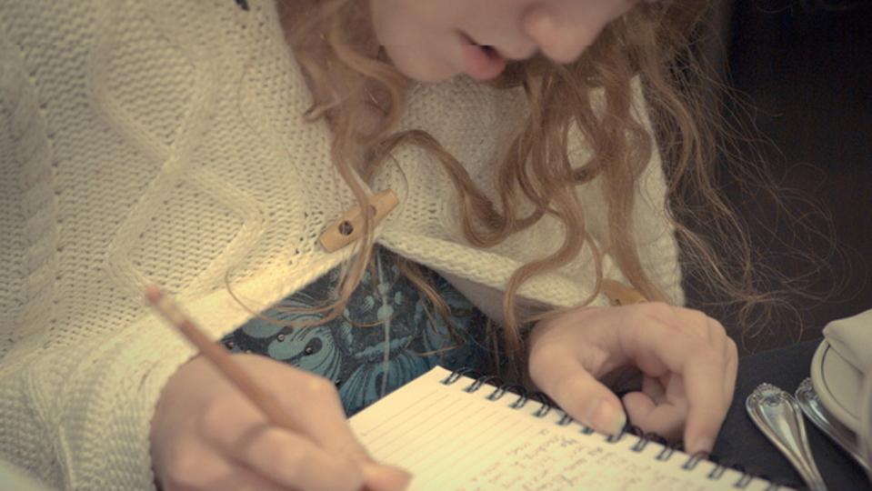 一日の終わりに15分の日記を付けるだけで、仕事の生産性が上がる