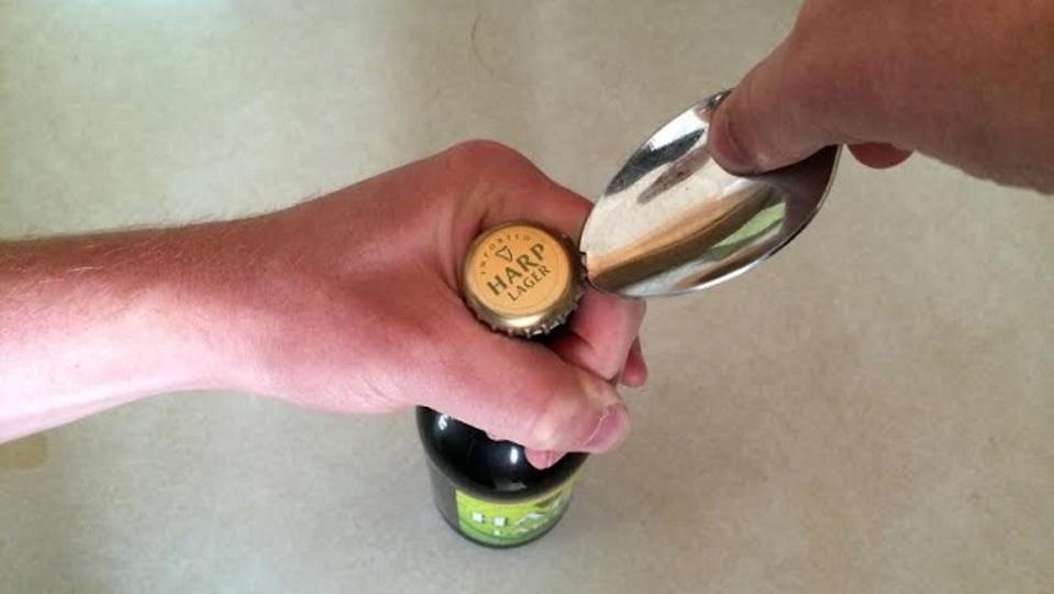 栓抜きを忘れても大丈夫。スプーンでビール瓶を開ける方法
