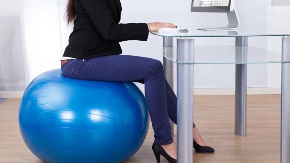 バランスボール 椅子代わり 座り方