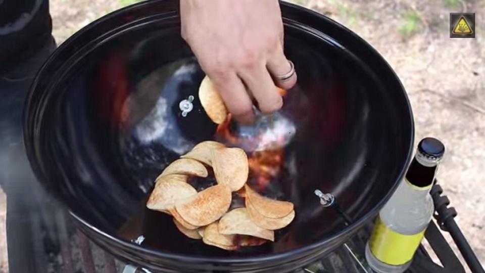 簡単ビニール袋ホルダー作り、ポテチで着火...家事の裏ワザを連発する動画