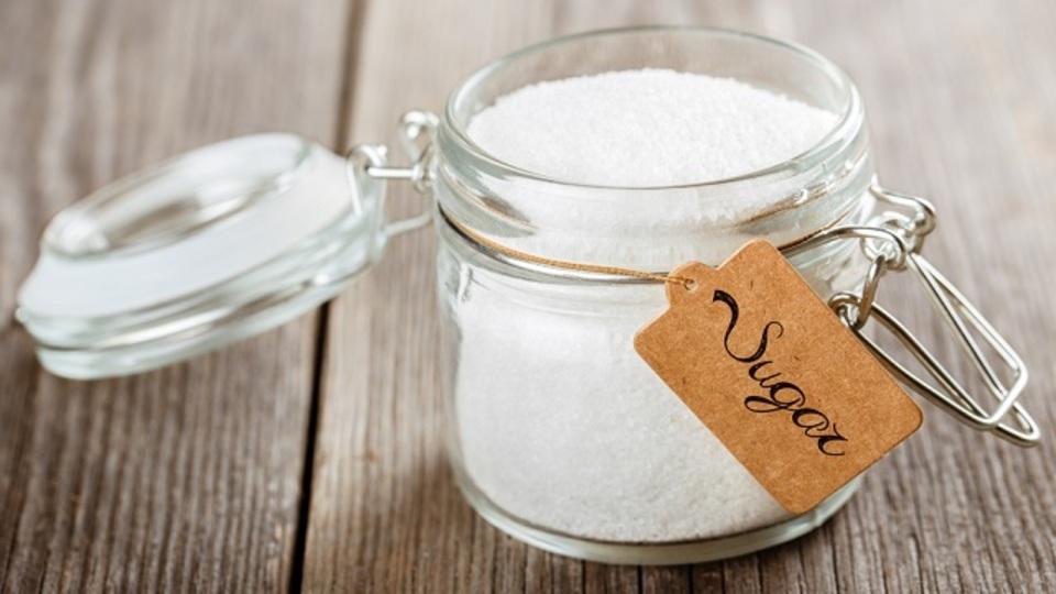 砂糖が固まってしまったら容器に食パンを入れるといい