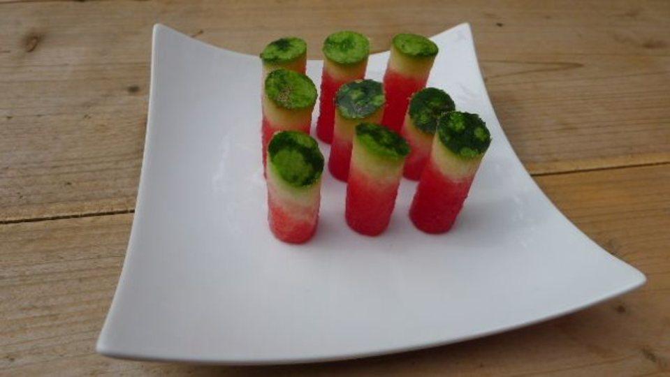 リンゴの芯抜き器を応用して、手軽に食べられるスイカはいかが?