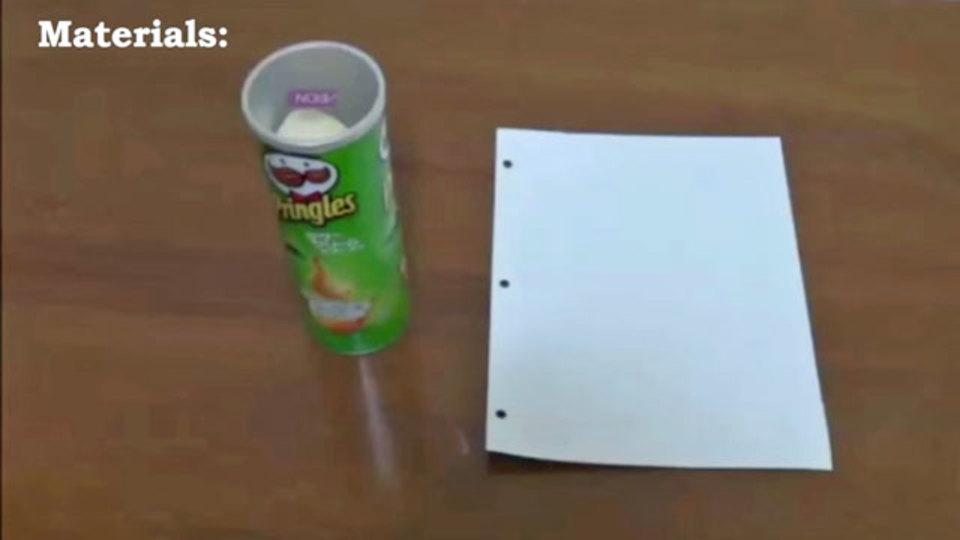 1枚の紙だけで、プリングルスをきれいに缶から取り出す方法