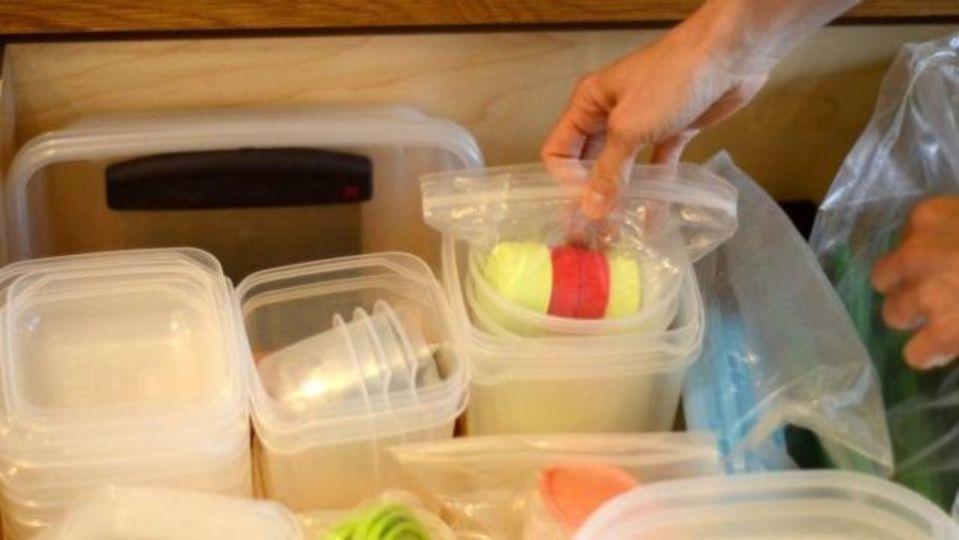 キッチンのスペースを有効活用するには、四角い容器で引き出しや棚を埋める