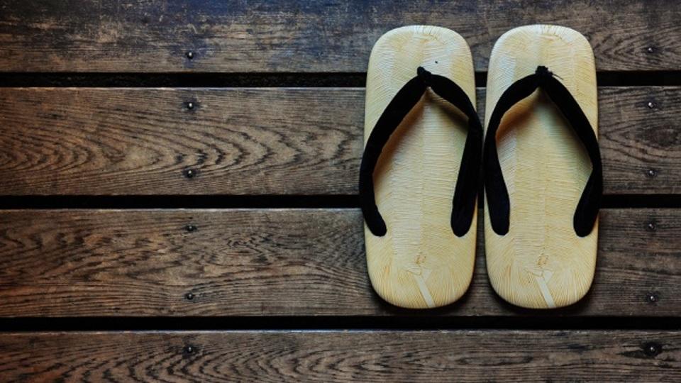サンダルの靴ずれを防いで消臭もできるちょっとした裏ワザ