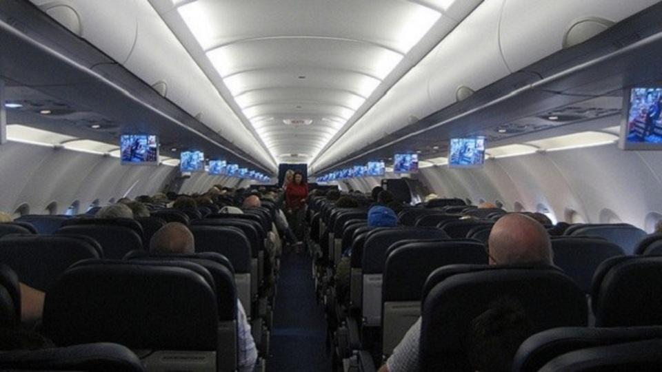 飛行機内でバイキンから身を守るための2つのステップ