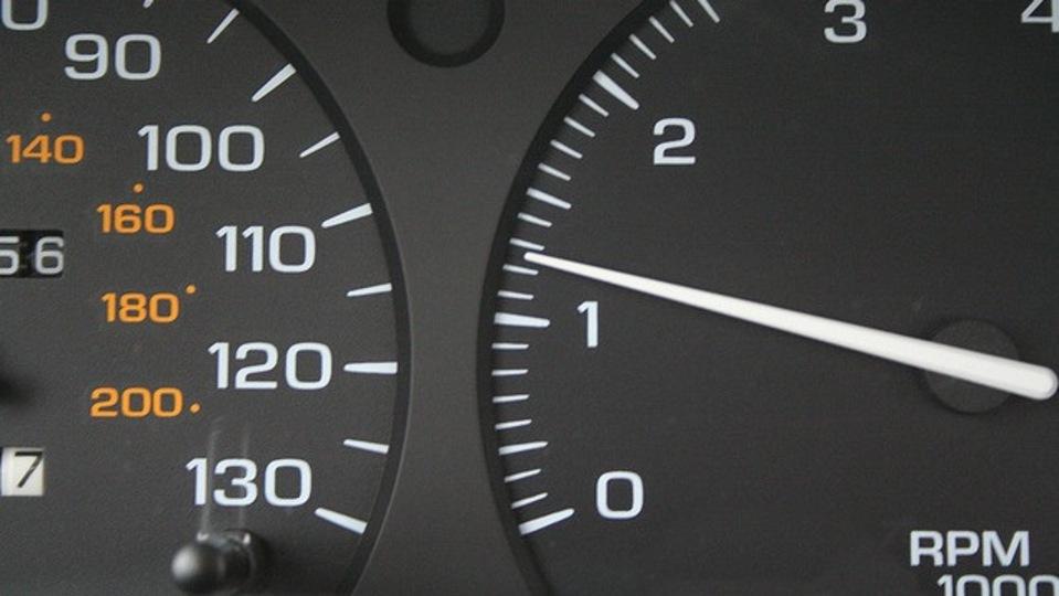 10秒以上アイドリングするなら、エンジンを切るほうが燃費が良い
