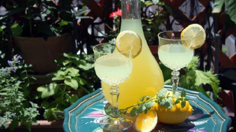 夏に美味しい爽やかリキュール、自家製リモンチェッロの作り方