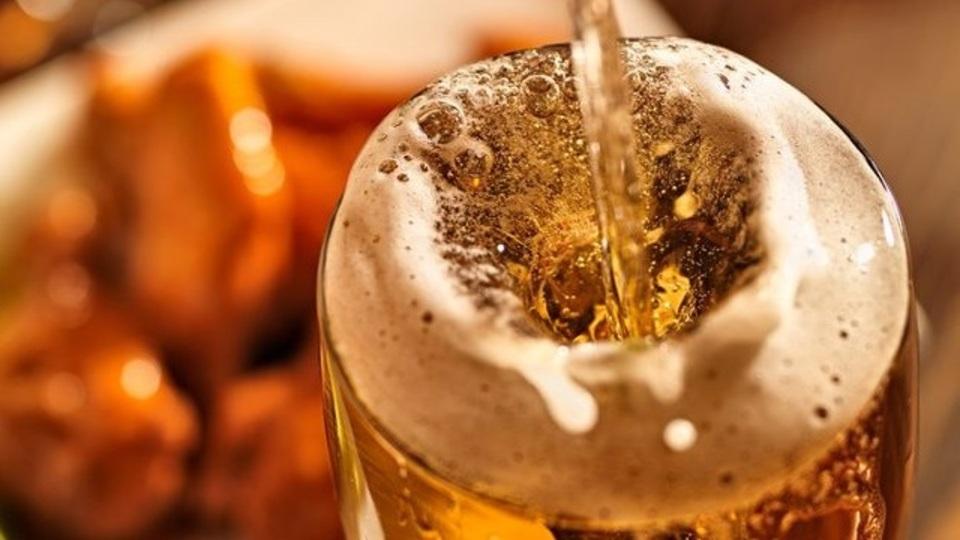 ビールはグラスに注ぐ角度によって味が変わる