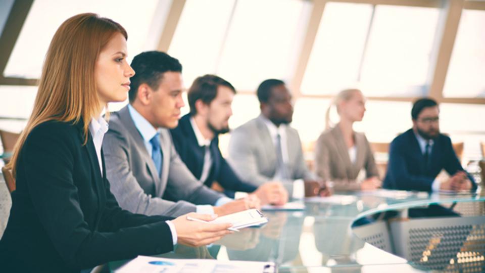 女性のほうが収入が少ない理由は?「女性とお金」に関する専門家の意見