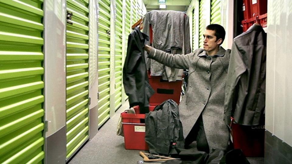 人生にはどのくらいの「持ち物」が必要? 北欧の青年が全裸からの実験をスタート
