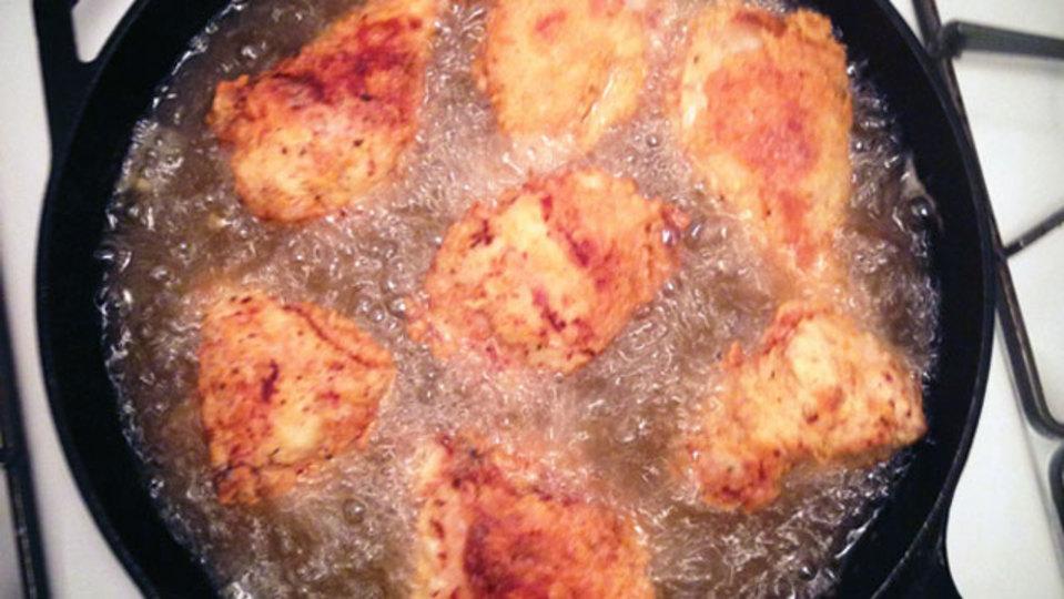 自宅でおいしいフライドチキンをつくるには「鉄製フライパン」が相性よし