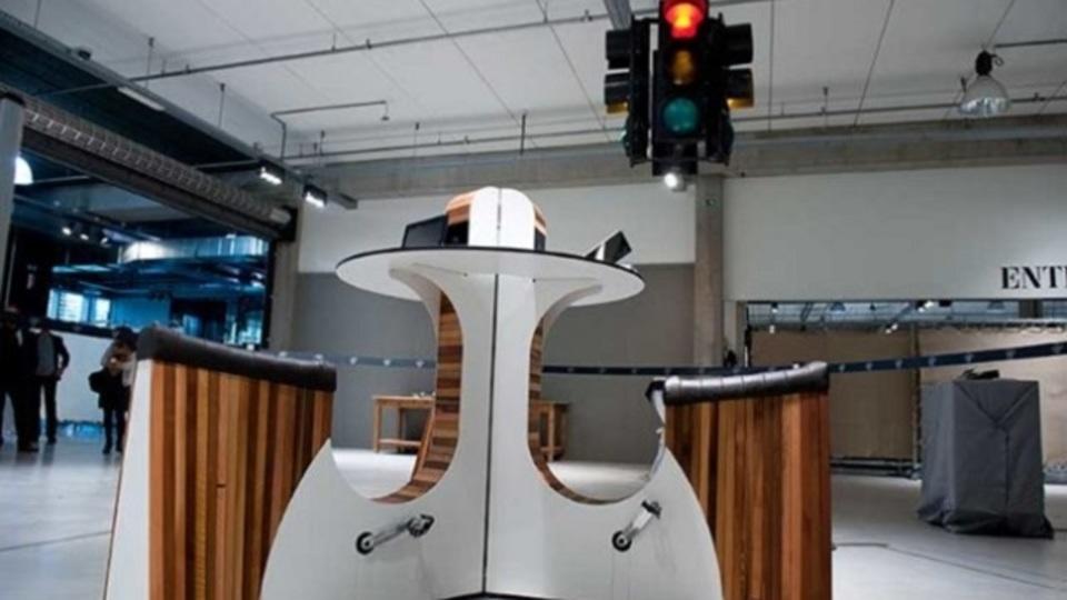 アムステルダムとパリで実用化済み。運動不足とスマホの充電問題を一気に解決するデスク