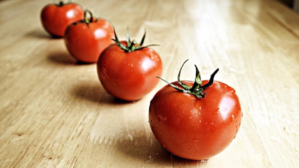 トマト潰さずキレイに切るにはギザギザしたナイフが効果的