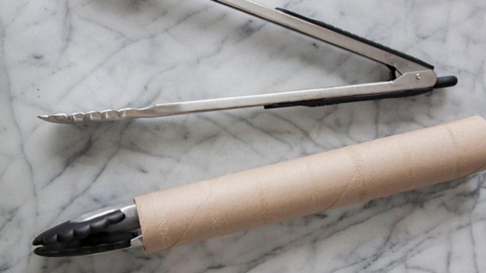 キッチントングはペーパータオルの芯に収納して省スペース化
