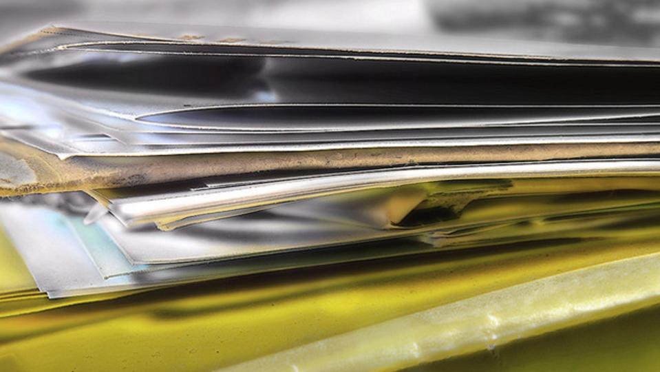 机の上に紙が散乱している人向き。4つのフォルダを使って書類を整理する方法