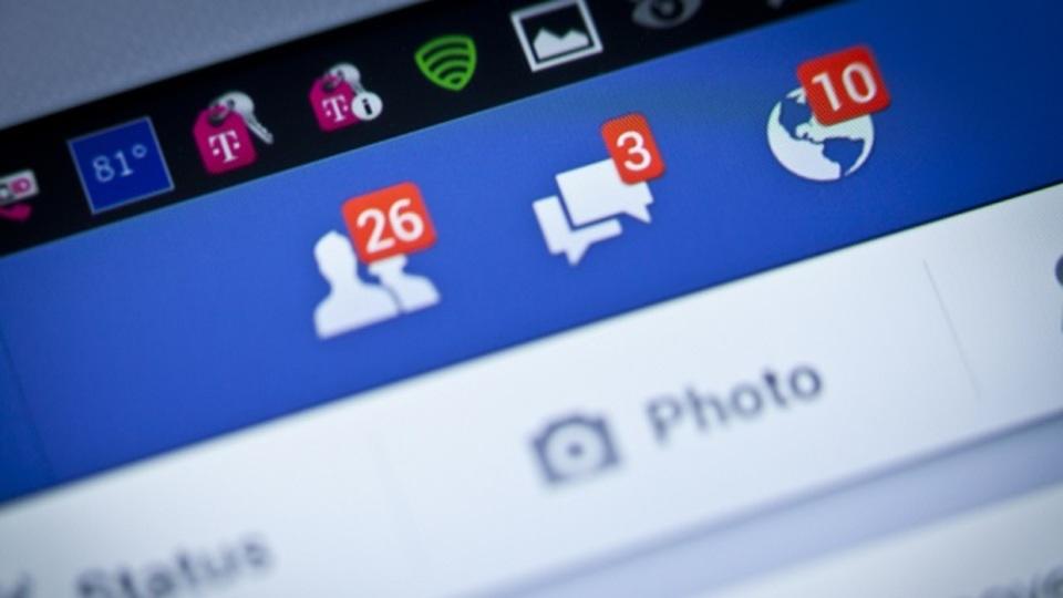 Facebookをぼんやり眺めていると気分が落ち込むのに、それをやめられない理由