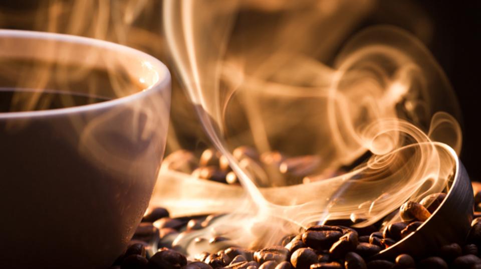 コーヒーを飲むと気分がすっきりするのは「禁断症状が和らいでいるだけ」という説