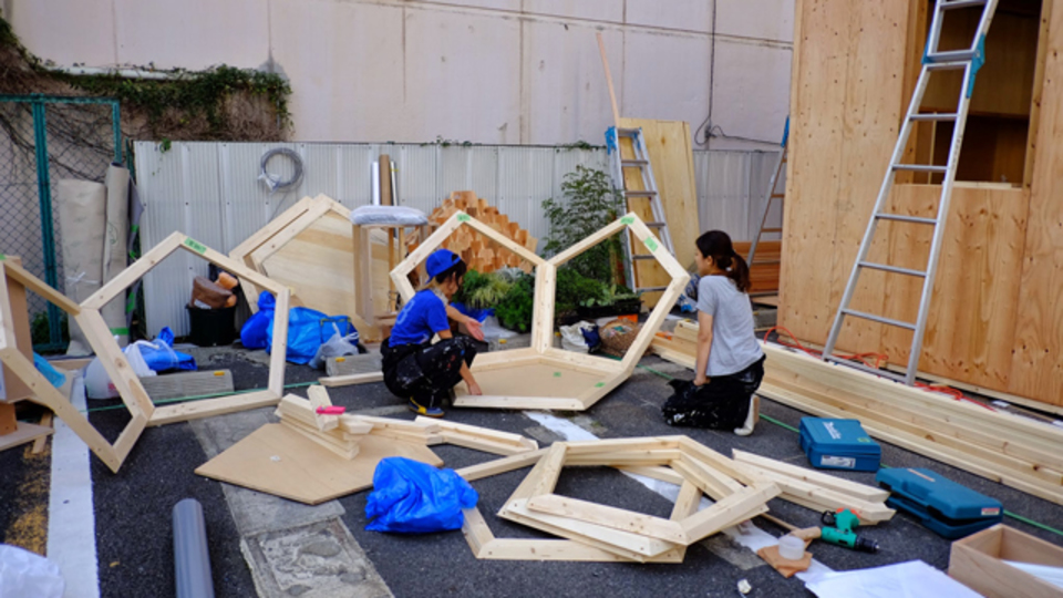 ついに搬入。虎ノ門で小屋が建設中!:ライフハッカーとデザインムジカが制作する「小屋」ドキュメント vol.5