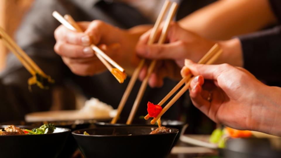「一緒に食べる人」の体格が食べる量を左右する:研究結果