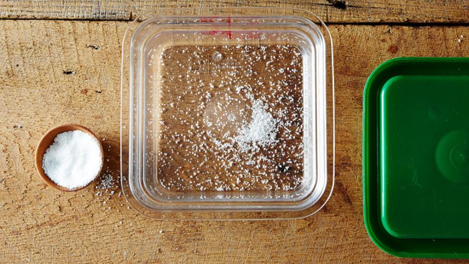 食品容器に付くニオイを防ぐなら、塩を入れて保存するといい