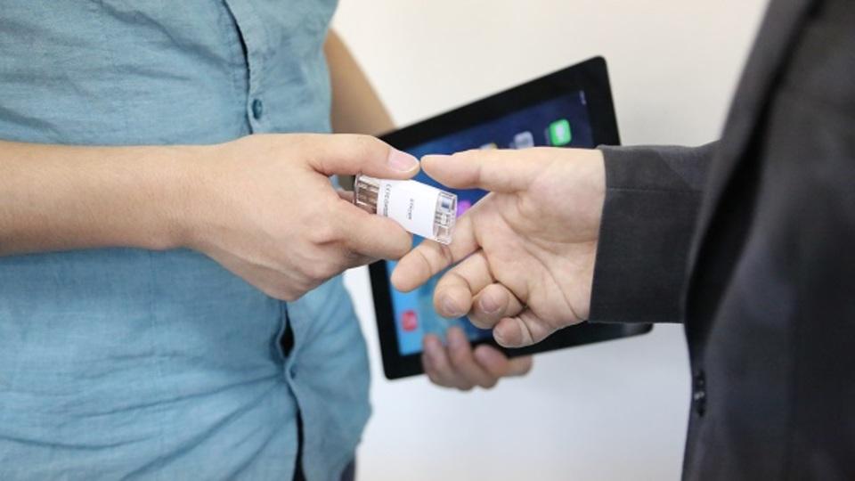 ライトニングコネクタにも挿せるUSBフラッシュメモリを使えば、iPad・iPhoneがちゃんとビジネスに役立つ
