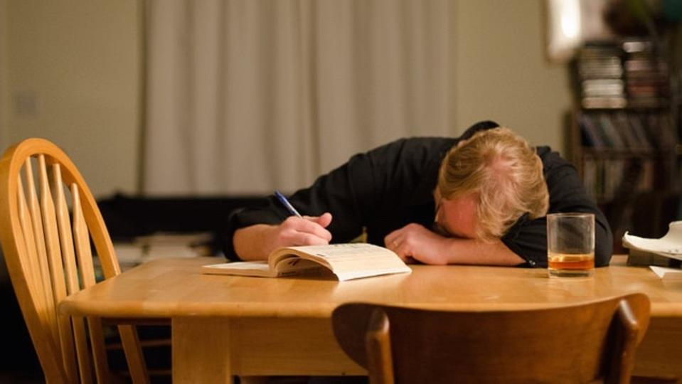 眠くてどうしようもない時に、鼻筋を押すだけで眠気を解消する方法