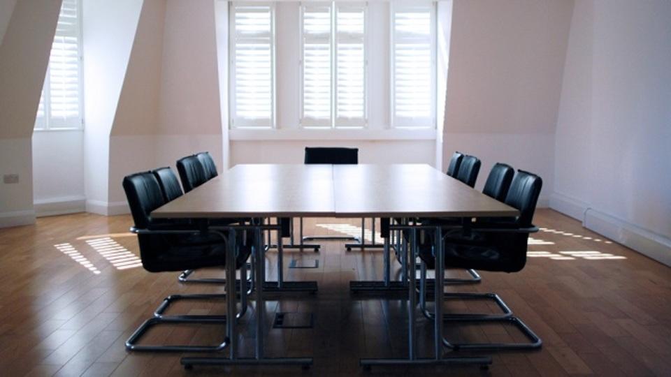週1回の役員会議のために社内で使われる時間は年間30万時間