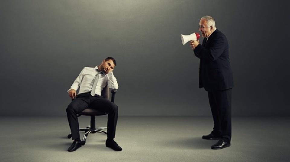 デスクにふらりと来ては仕事を言いつけて去って行く上司への対処法