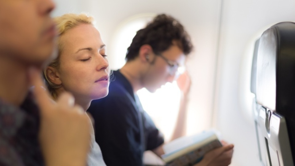 長時間のフライトで固まる体をほぐす「機内ストレッチ」