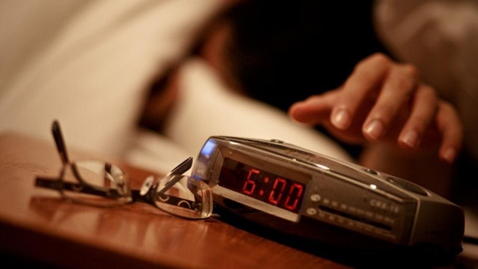 たくさん寝たのに朝目覚めた瞬間から疲れているのは、目覚まし時計のスヌーズ機能が原因かもしれない