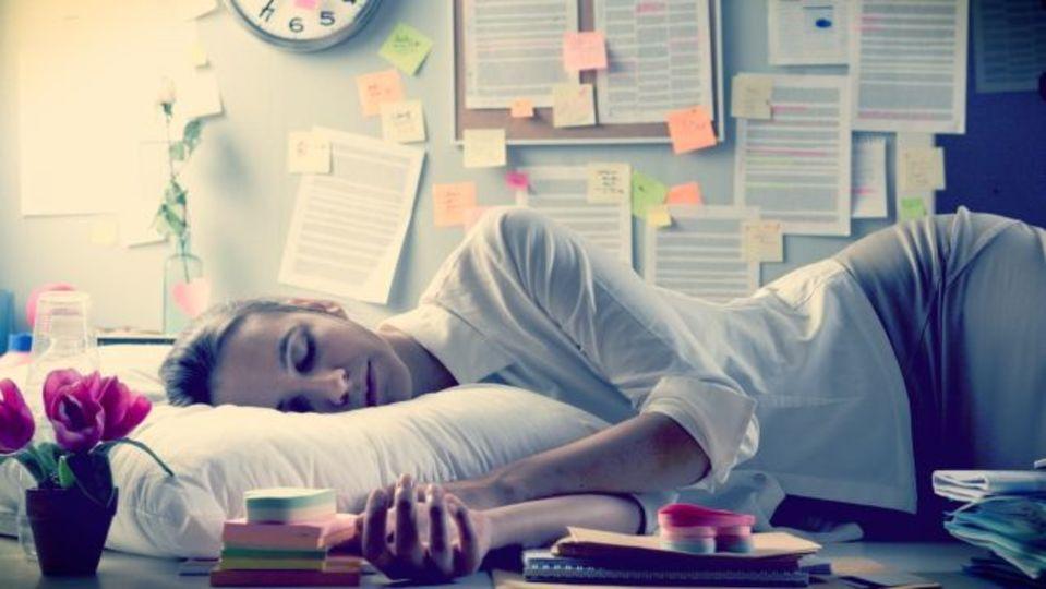 列車内、オフィス、空港...快適さに欠ける状況で少しでもマシな睡眠を取る方法