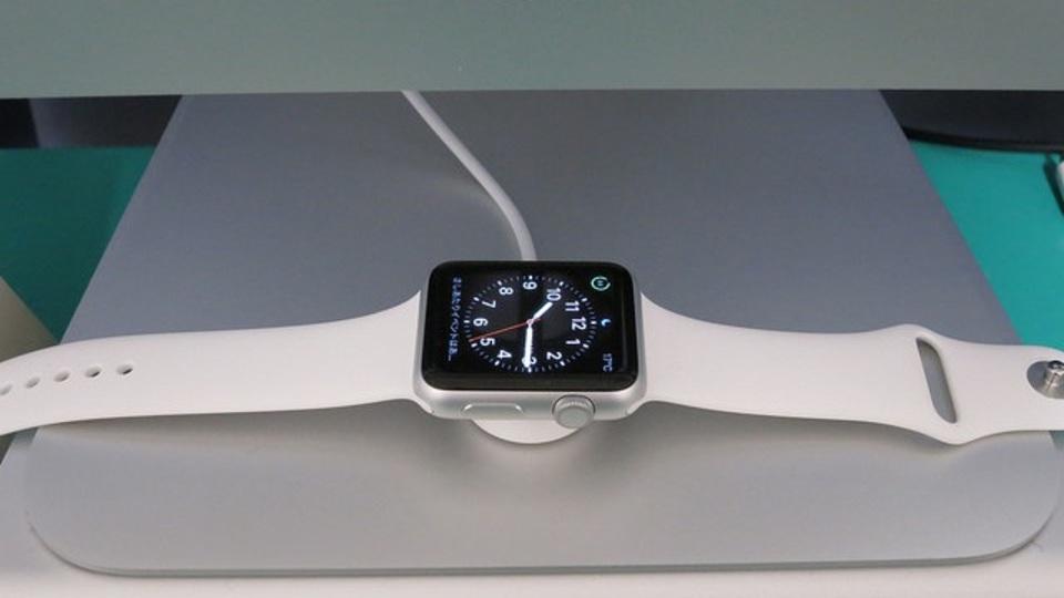 Apple Watchの充電アダプタは、iMacのスタンドに固定すると使いやすい