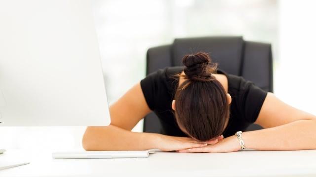 暑いオフィスに忍び寄る睡魔には「1分仮眠法」が効果的