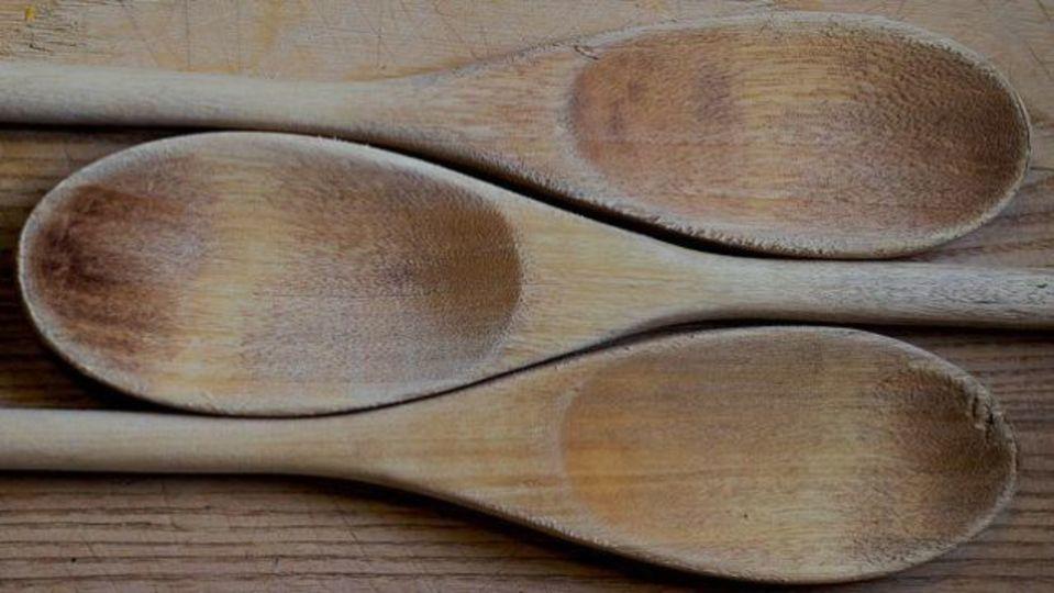 木製のボウルや台所用具が毛羽立ってきたら、「茶色の紙袋」でやすりをかけよう