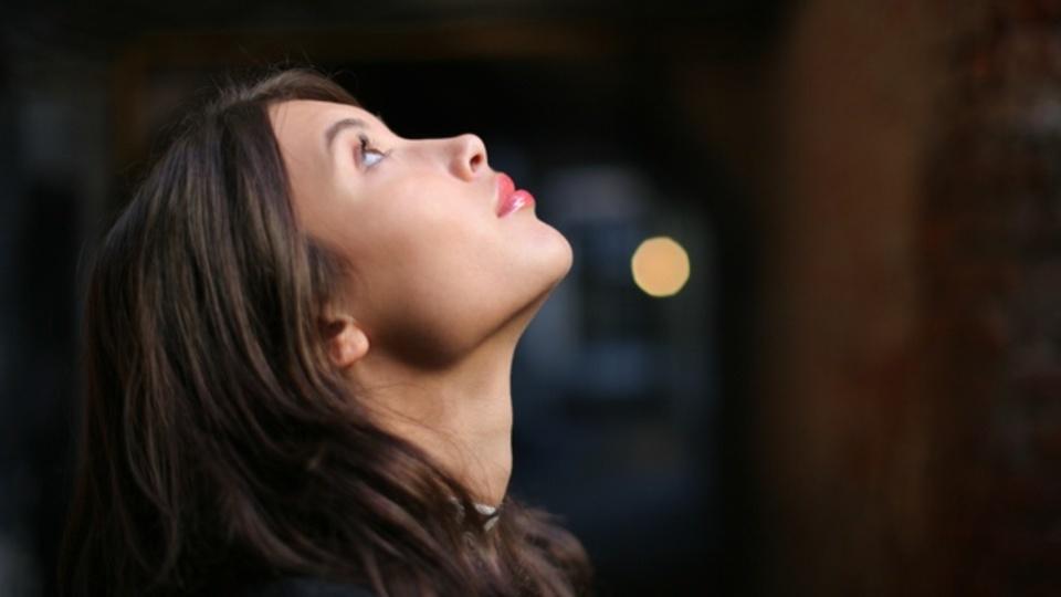 ポイントは舌の位置!上を向くだけで若返り&小顔にする方法