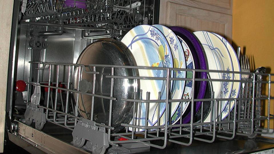 手で洗うのはもう時代遅れ。「新型の食洗機」は手洗いより節水できる