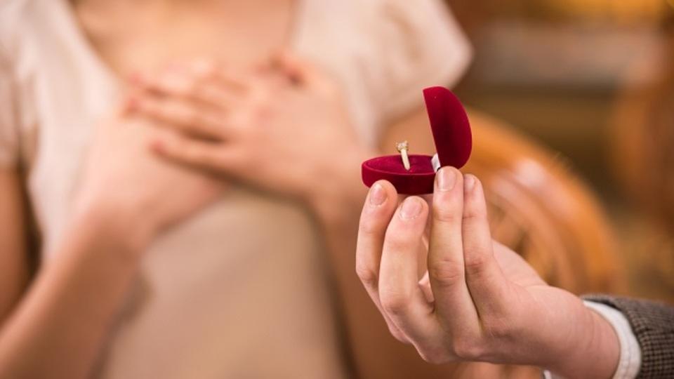 同じ部署の社員と「婚約」したら、「異動」を命じられた。これって法的にアリ?