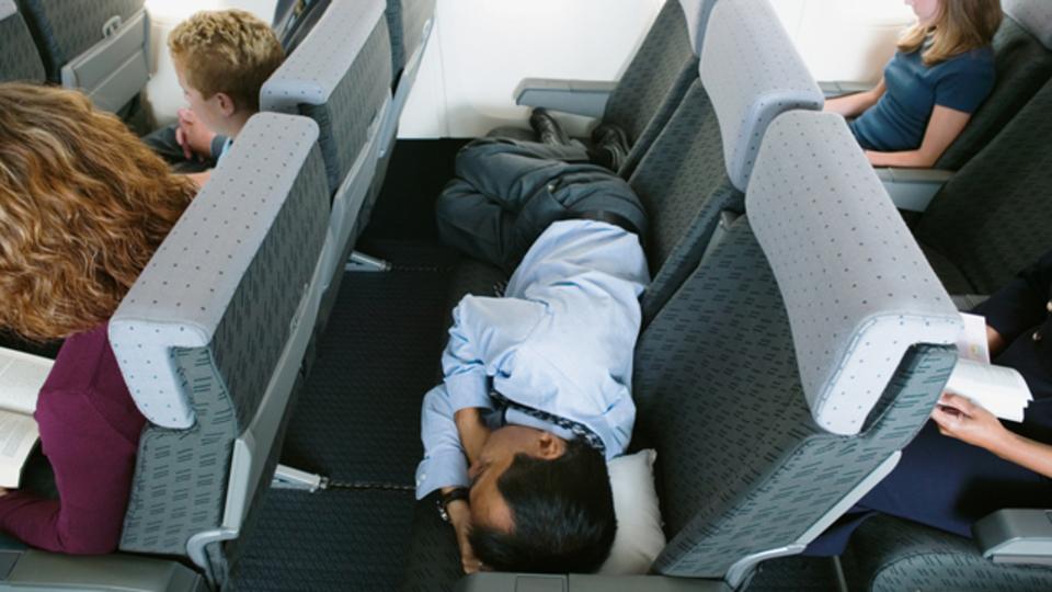 飛行機でぐっすり眠るためのコツ