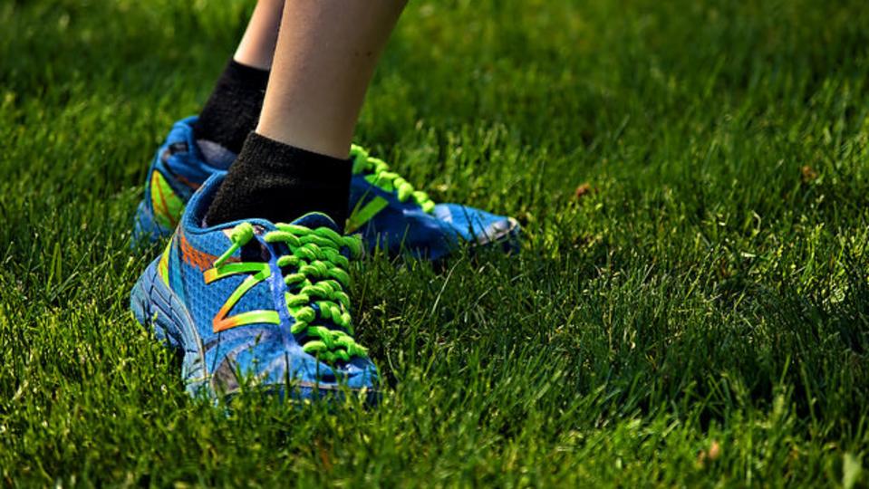 固い地面を走るのと、柔らかい地面を走るのとではどっちが安全?